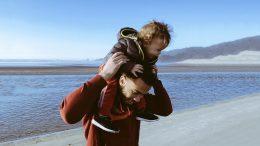 ojciec z dzieckiem nad morzem